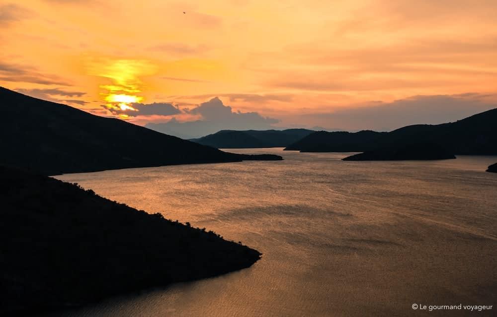 Coucher de soleil sur le lac Koman Albanie